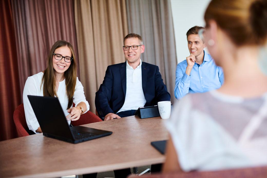d-velop Mitarbeiter Meeting mit Laptop